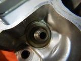 闇を抱えたエンジン旧ヘッド部品もぎ取り (3)