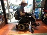 ご近所のカスタム電動車椅子 (1)