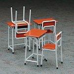 ハセガワ、可動フィギュアと遊べる「学校の机と椅子(仮)」11月発売