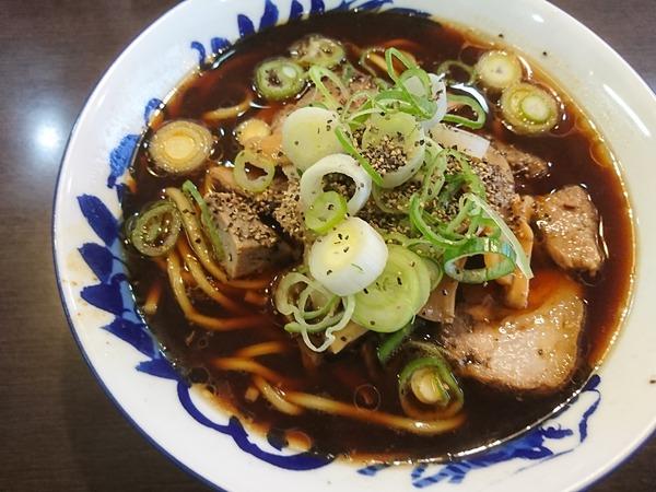 大喜大島店の小は具をかき混ぜる前にスープを一口飲む