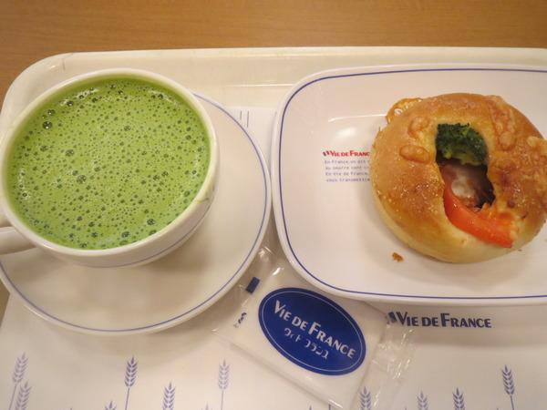 ヴィ・ド・フランス富山駅店でビーフシチューの入ったパンを食べてみた