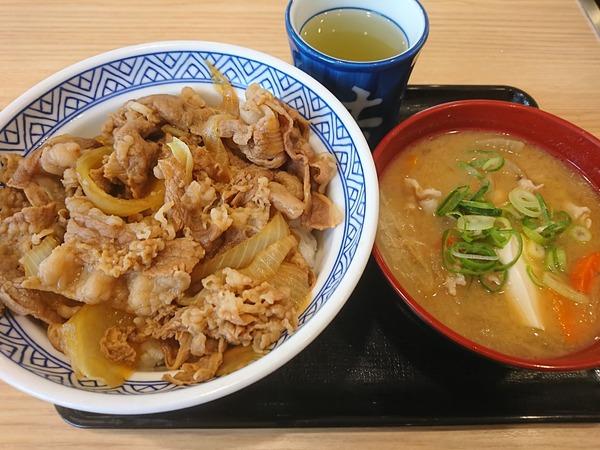 吉野家の牛丼はアタマの大盛りで食べる