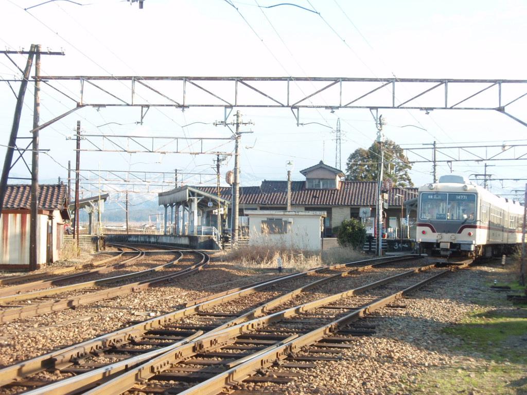 昭和初期の面影を残す駅舎はかつて分岐駅としてにぎわっていた : 富山 ...