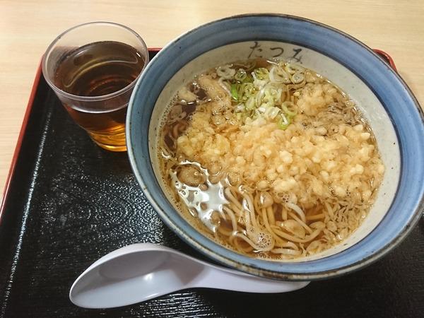 昭和テイストなたたずまいの店 たつみで食べる天ぷらそば