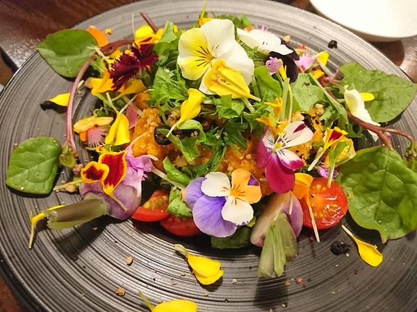 シンバルの花のサラダはこんなにも華やか