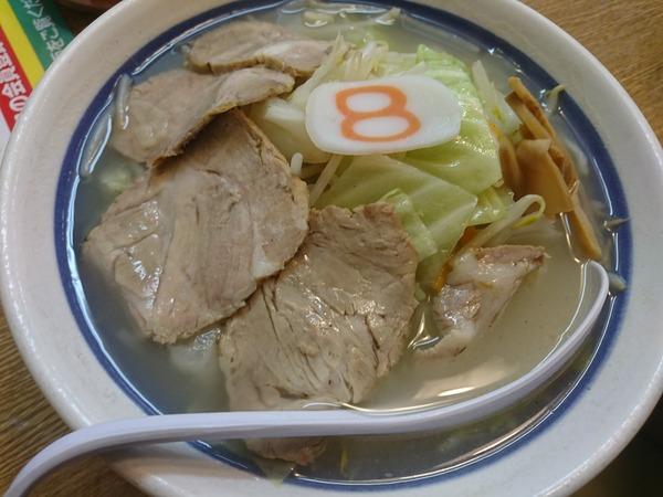 8番らーめんの野菜チャーシューメン塩と生ビール
