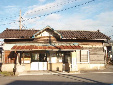 昭和初期の面影を残す駅舎はかつて分岐駅としてにぎわっていた