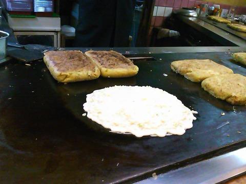 ぼてやん多奈加のお好み焼きも焼き始めは丸い