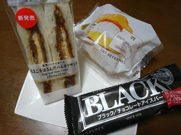濃厚ソースで食べるたまごをはさんだハムカツサンドをセブンイレブンで買う