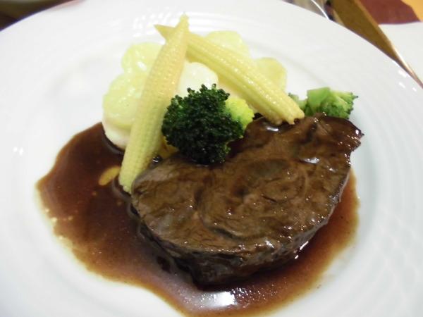 トロワの牛ホホ肉の赤ワイン煮込みはこの上なく柔らかかった