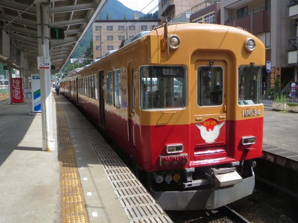 地鉄電車の旅7:新黒部駅でたくさんの人が乗り降りする
