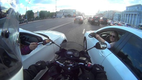motorcyclist-gets-boxed-in-and-l-690x388