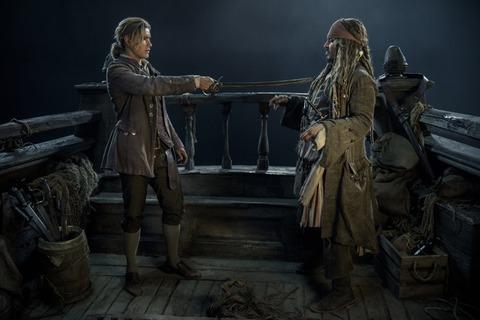 映画「パイレーツ・オブ・カリビアン/最後の海賊」ブレントン・スウェイツとジョニー・デップ