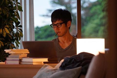 仕事中の西島秀俊さん