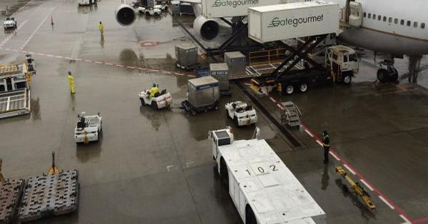 機内の預け荷物の出し入れ