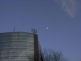 【RICOH R6】ビルの横に月