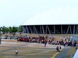熊谷スポーツ公園の前に並ぶレッズサポーター