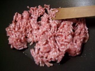 豚挽肉を炒める