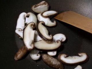 椎茸を炒める