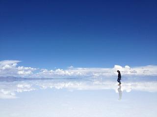 青空の下歩く男性