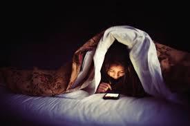 暗い部屋で携帯ゲーム
