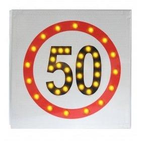 光る50キロ標識