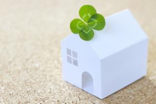 家の模型と四葉のクローバー