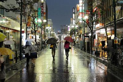 雨の日の街並みと通行人