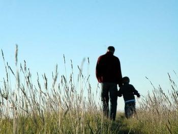 手をつないで歩く父と子