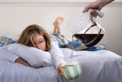 寝転がりながらコーヒーを注いでもらう女性