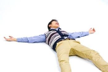 地面に寝転がる男