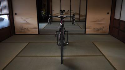 和室にロードバイク