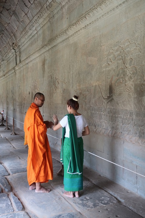1135Aワット第1回廊レリーフで僧と美女1022