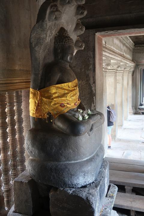 1171Aワット第3回廊主塔下現代仏像 (1)