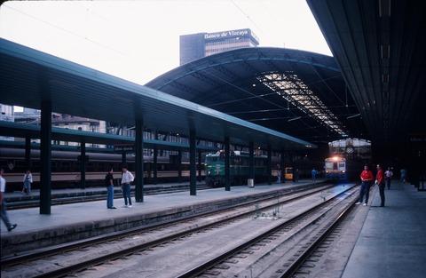 198709ビルバオアバンド駅構内と列車 (4)
