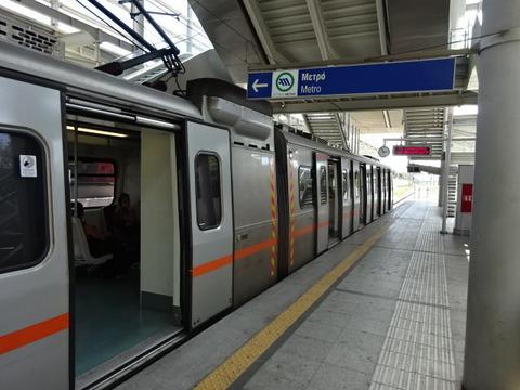 アテネ空港駅停車中のメトロ車両201509