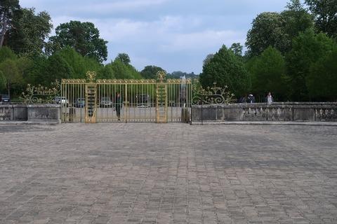 VersaillesGrandTrianon321内側から正門とDragon噴水遠望
