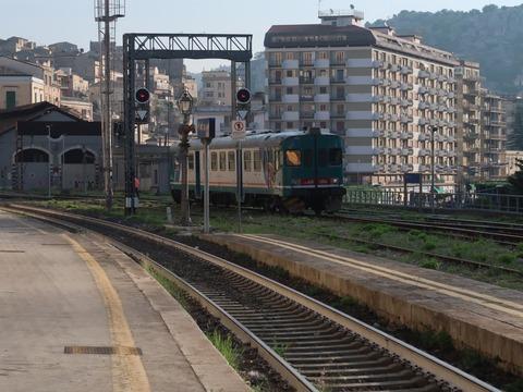 モディカ駅で入換中の始発列車Sep2018