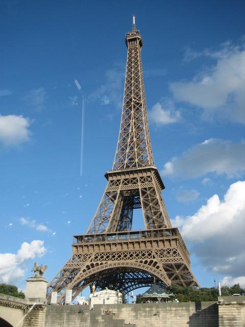 255先生作のエッフェル塔と雰囲気似ている2005年8月