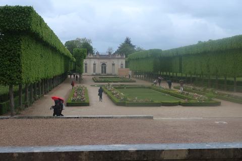 VersaillesPetit Trianon407窓越しに仏庭園とフランス館方向
