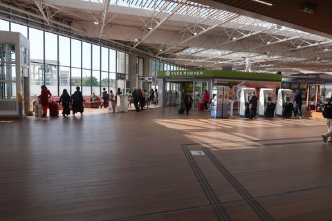 レンヌ駅2階TGV改札左0430