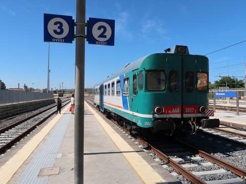 シラクーザ駅のジェーラ行きディーゼルカーSep2018