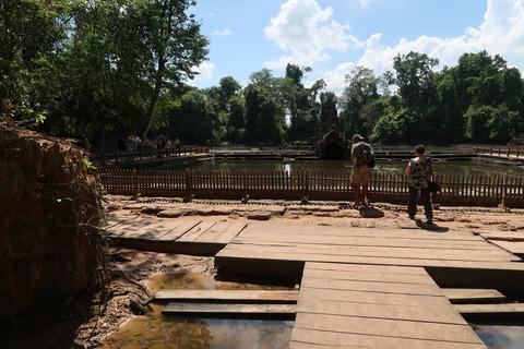 0443ニャックポアン内部の池と祠堂 (1)