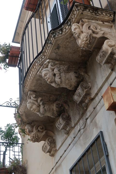 モディカふと見上げればバロッコ彫刻の軒Sep2018