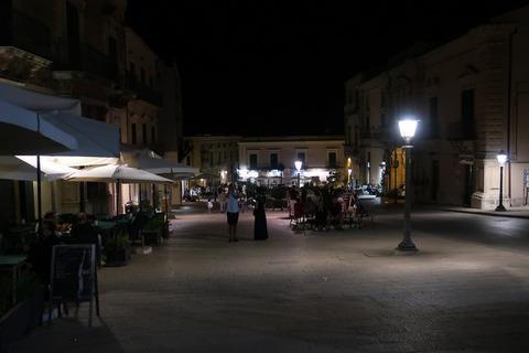 ラグーザイブラドゥオーモ広場の夜人出