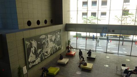 232東京駅前オアゾビル1階にあるゲルニカのレプリカ