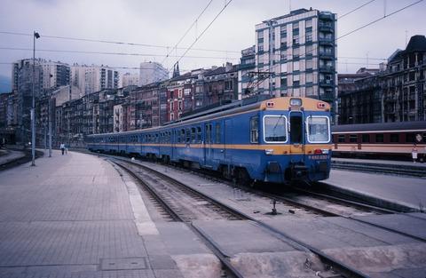 198709ビルバオアバンド駅近郊電車が到着