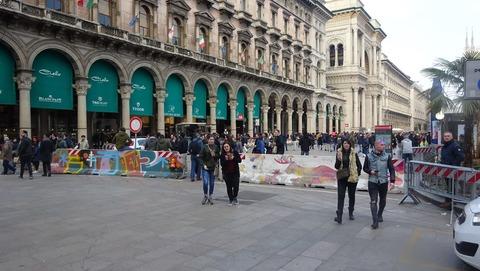 Duomoガレリア前バリケード201803