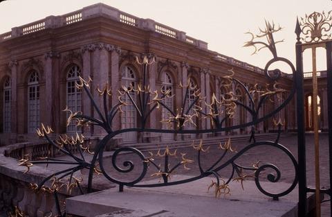 Gトリアノン 夕陽に金の門飾りが反射198609