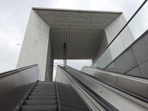 パリ外デファンス新凱旋門を見上げ201509
